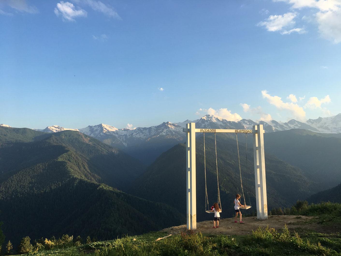 Výhled na hory v Gruzii - Direct blog