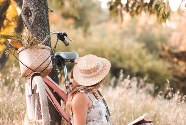 Dívka sedí při kole - Direct blog