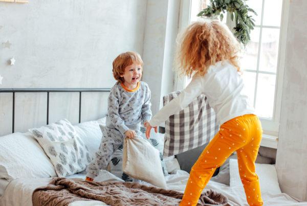 Děti skáčou na posteli | Direct blog